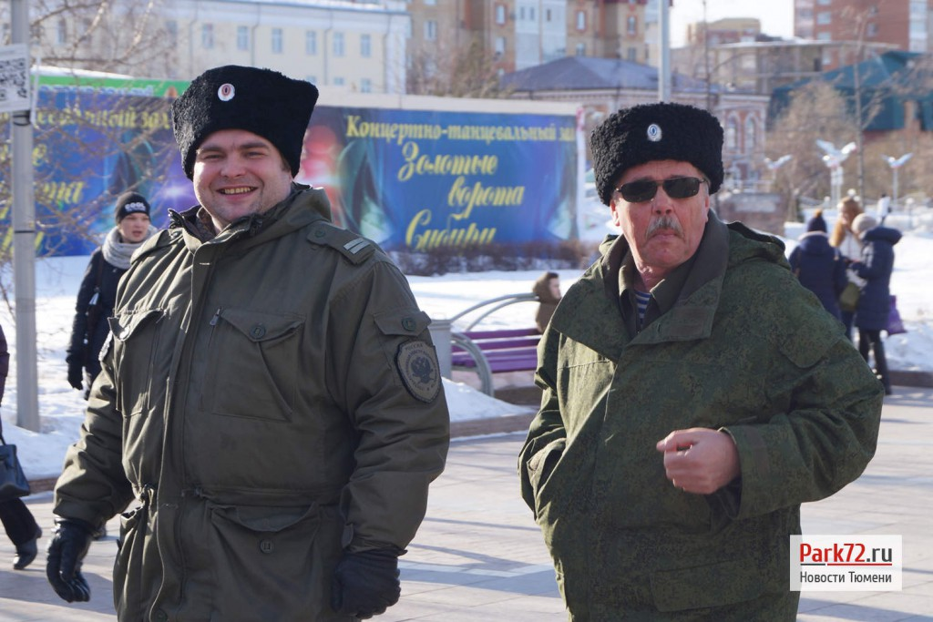 Казачий патруль на улицах Тюмени, слева судя по погонам младший урядник