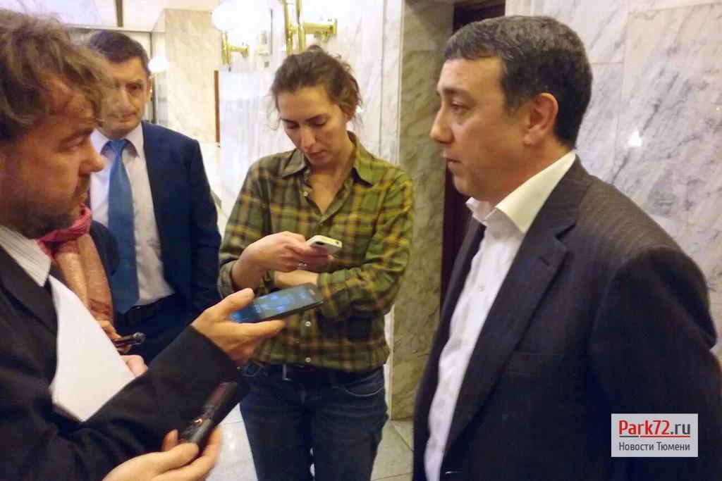 Парвиз Абдушукуров – главный инженер, заместитель генерального директора по операционной деятельности ОАО «Фортум» общается с журналистами