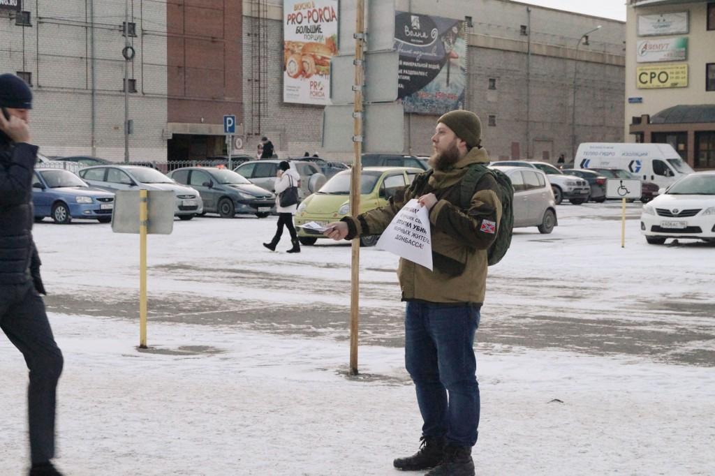 На пикете распространялись листовки с текстом обращения депутатов Госдумы к Генпрокурору
