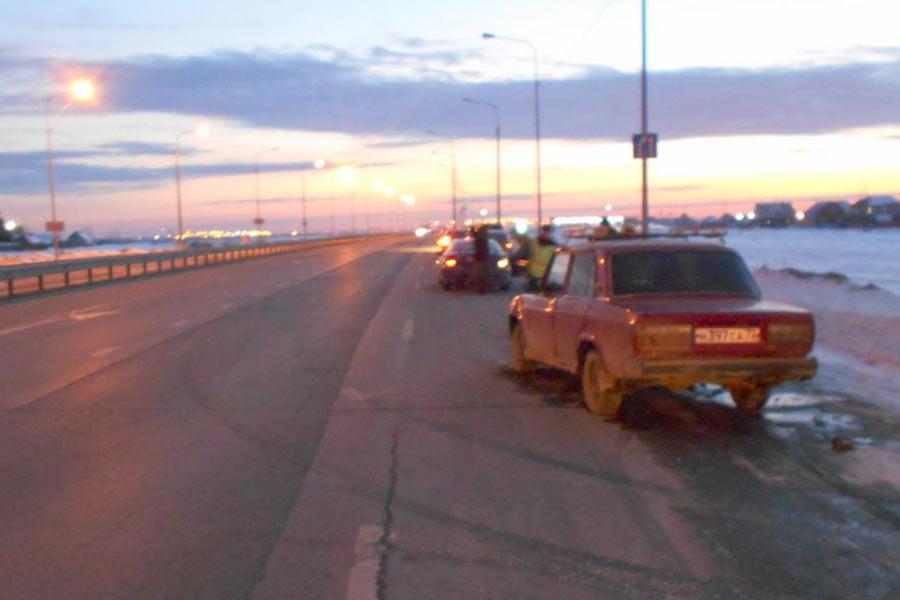 Днем на 25-м километре автодороги Тюмень-Ханты-Мансийск автомобиль ВАЗ21074 въехал в «Тойоту», стоящую на  краю проезжей части