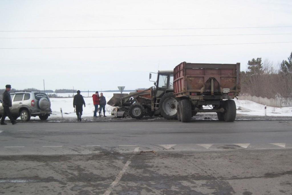 В четыре часа дня на 305-м километре федеральной автодороги Тюмень – Омск столкнулись трактор «Белорус» и «Тойота Королла»