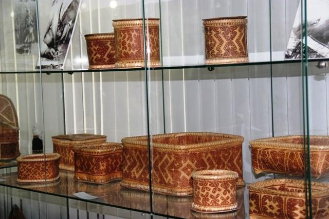 Стенды с берестяными изделиями. Тюменский музей ИЗО.