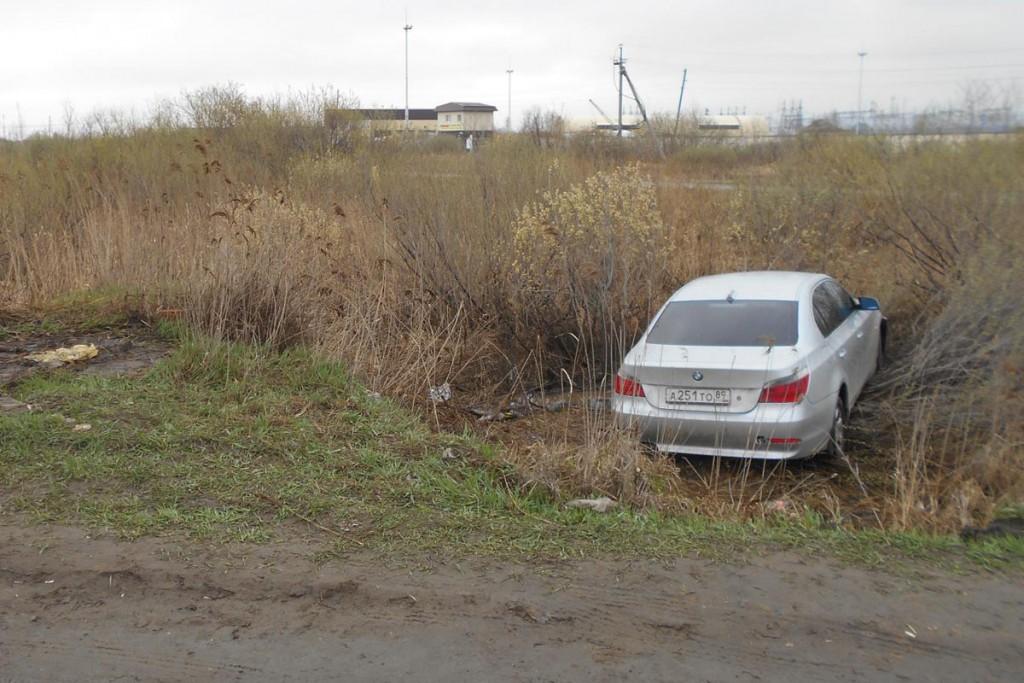 БМВ не вписался в поворот на ул.Т.Чаркова и улетел в болото