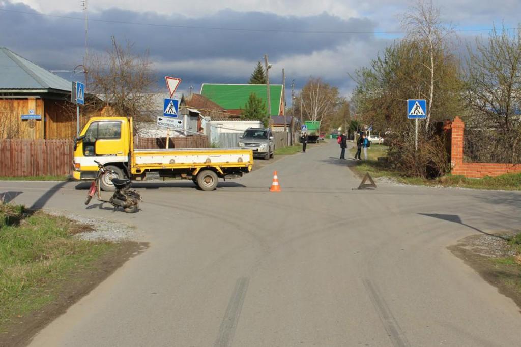 В поселке Боровский Тюменского района около 4-х часов дня столкнулись скутер и грузовичок «Ниссан Атлас»