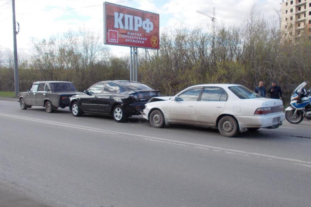 Три автомобиля: «Тойота Королла», «Мазда 3» и «Жигули» 6-й модели, столкнулись в пять часов дня на улице Дамбовской
