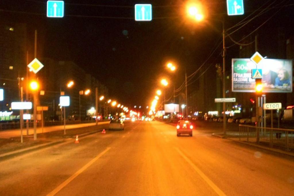 В одиннадцатом часу вечера на ул.Пермякова, 74 на регулируемом пешеходном переходе автомобилем «Мерседес»  сбиты двое молодых людей