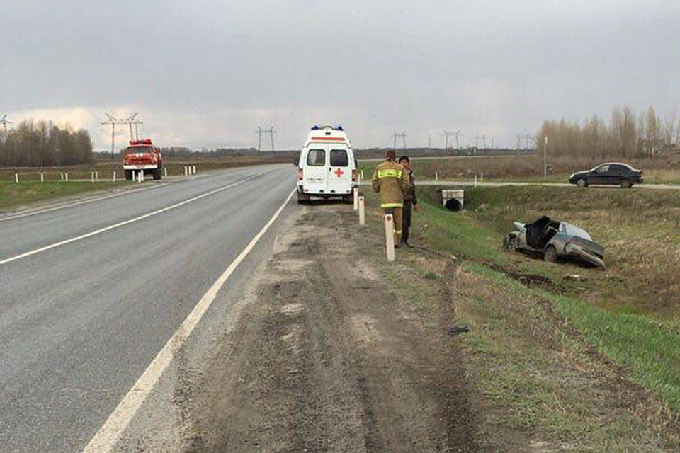В пять часов дня на 68-м километре федеральной автодороги Тюмень – Ханты-Мансийск в Ярковском районе съехала в кювет и перевернулась «Лада» 10-й модели