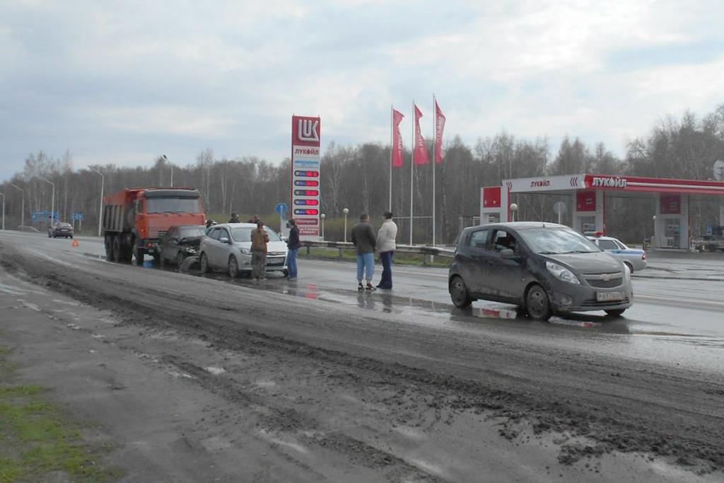 Во втором часу дня на 20-м километре автодороги Тюмень – Омск столкнулись «КАМАЗ», «Лада» 10-й модели, «Форд Фокус» и «Шевроле Спарк»