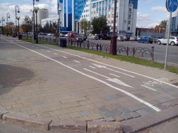 Разметку-для-велосипедистов-нанесли-на-тротуар.-Экономят-на-обустройстве-велодорожек.-Фото-Кирилл-Вяткин