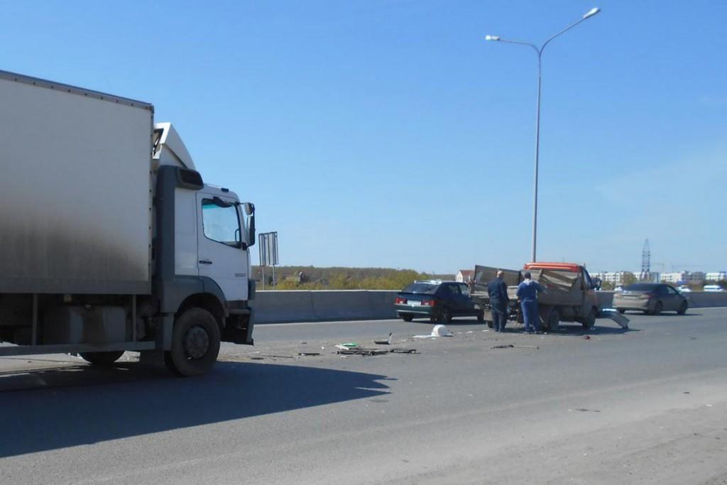Около полудня на ул.Федюнинского грузовой автомобиль «Мерседес» въехал в стоящую у светофора «Газель»