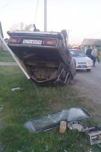 Около трех часов ночи на ул.Свободы в селе Викулово ВАЗ2106 опрокинулся и снес стойку дорожного знака