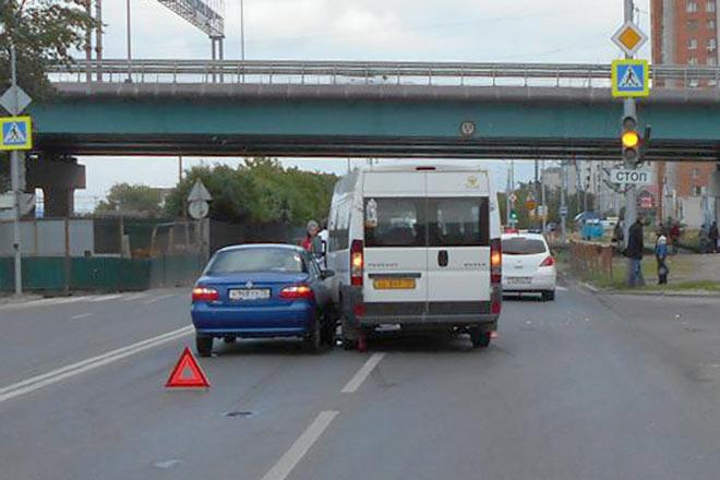 В два часа дня на улице 30 лет Победы областного центра столкнулись маршрутное такси 64-го маршрута и автомобили «Ниссан Тиида» и «Фиат Альбеа»