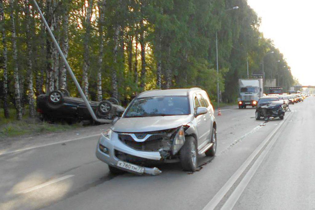 Около шести часов вечера на улице 50 лет ВЛКСМ областного центра столкнулись автомобили «Лада», «Грейт Волл» и «Тойота».
