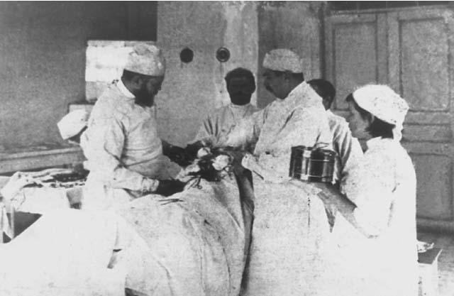 Слева хирург Валентин Феликсович Войно-Ясенецкий