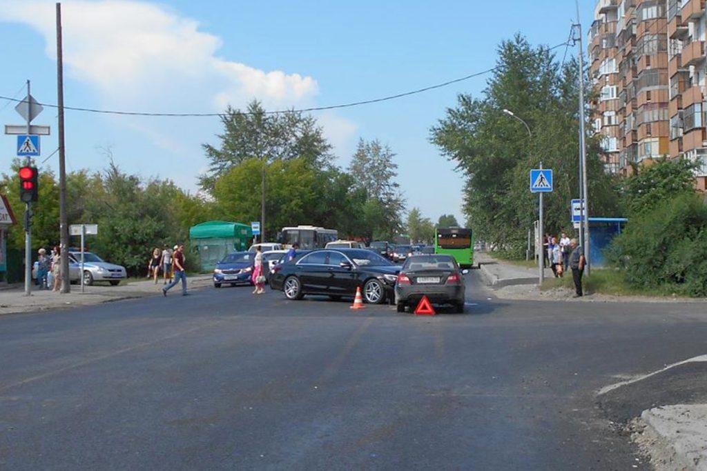 На ул.Чаплина  в Тюмени около двух часов дня столкнулись «Мерседес» и «Дэу Нексия»