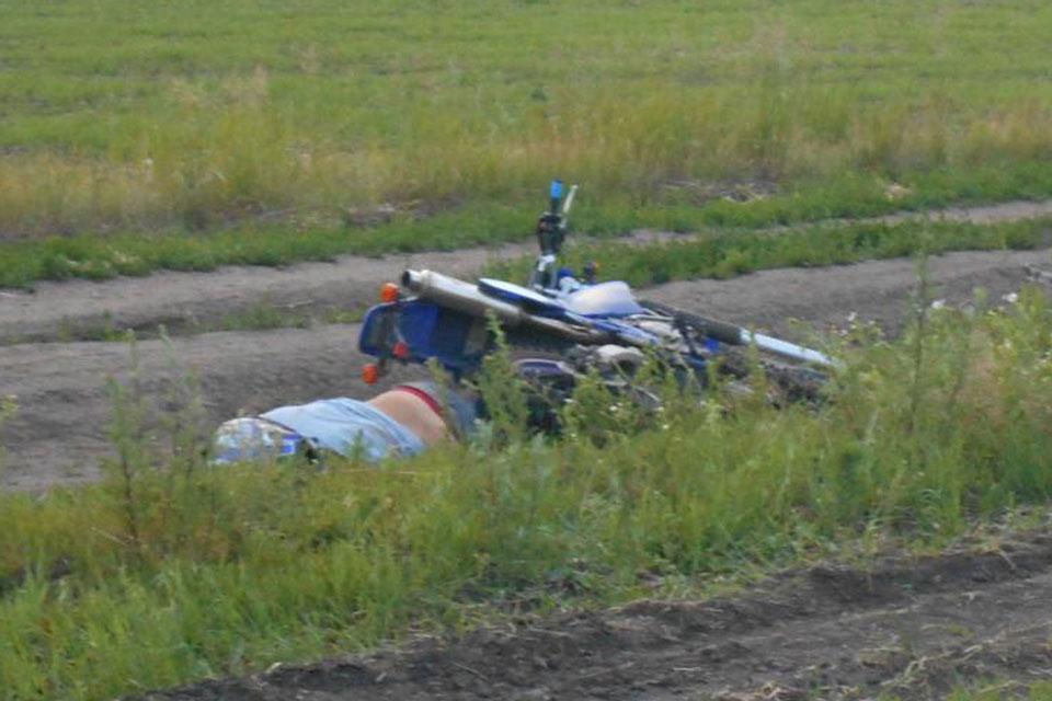 Вечером в субботу на полевой дороге, ведущей к дачам, напротив 318-го километра автодороги Екатеринбург-Тюмень проезжающие водители заметили лежащие мотоцикл и мотоциклиста