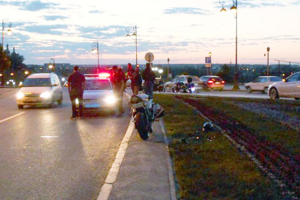 В Тюмени в девять часов вечера на ул.Ленина, 2 мотоцикл «Ямаха» въехал в препятствие