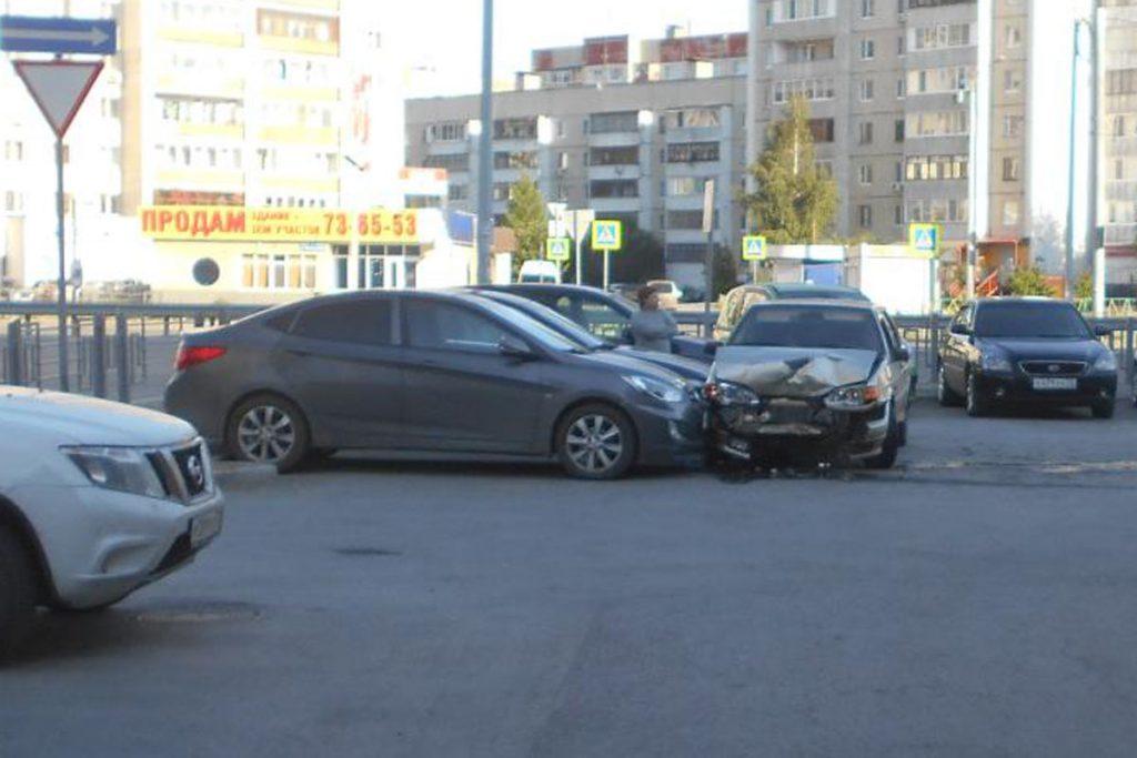 В Тюмени во дворе дома по ул.Мельникайте, 129 около шести часов утра «Лада» 14-й модели въехала в стоящий «Форд», на багажнике которого сидели парень и  девушка