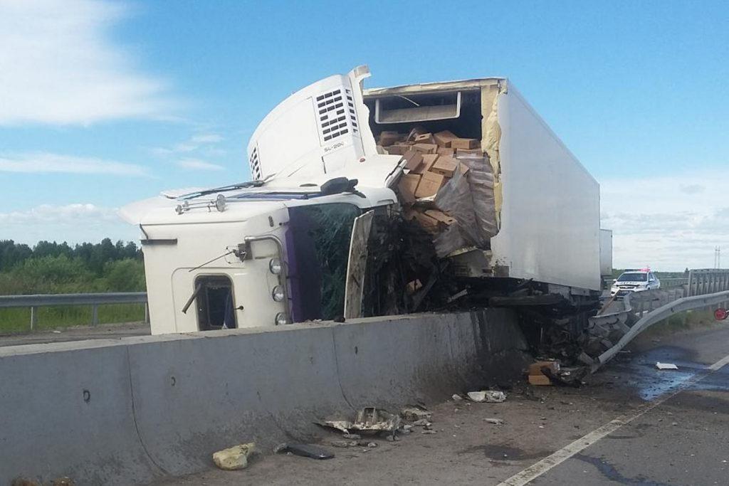 Днем на 6 километре окружной  дороги города Тюмени грузовой автомобиль «Ман» въехал в металлическое барьерное ограждение