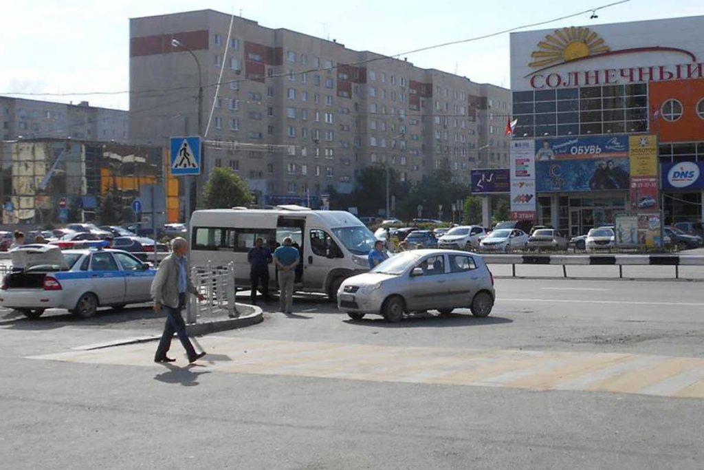 В четвертом часу дня на ул. Пермякова, 23/1 в Тюмени столкнулись а/м «КИА-Пиканто» и микроавтобус «Пежо» 64-го маршрута