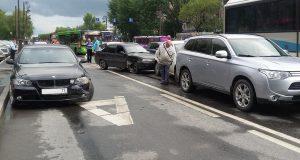 Вечером на центральной улице города Тюмени столкнулись сразу 5-ть автомобилей: «Дэу», «БМВ», «Хендэ», «Рено» и «Мицубиси»