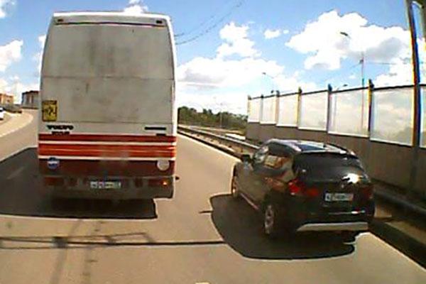 Сотрудники ГИБДД разыскивают водителя темного автомобиля «БМВ Х3», возможно спровоцировавшую сегодня столкновение двух автобусов с детьми на подъеме на путепровод по ул.М.Тореза в Тюмени