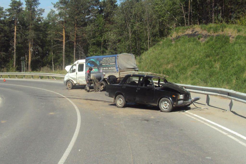 В субботу утром на 8 километре автодороги «Тобольск-Байгара-Первые Салы» Тобольского района столкнулись автомобили «Лада» 5-ой модели и «Газель»