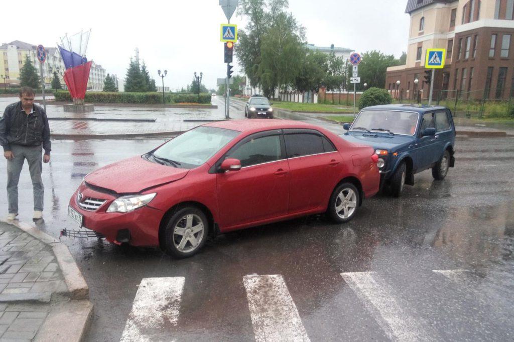 В одиннадцать часов дня на улице Ремезова города Тобольска автомобиль  «Тойота»  наехал на бордюр