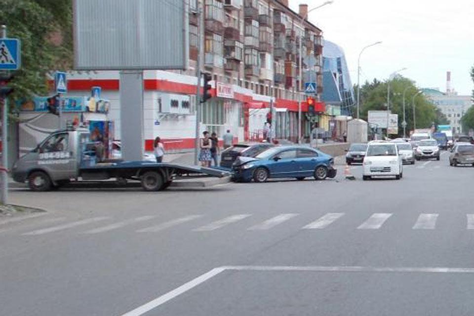 В областном центре в 9 часов на улице Тульской столкнулись три автомобиля: «Форд Фокус», «Хонда Сивик» и «Судзуки Альто»