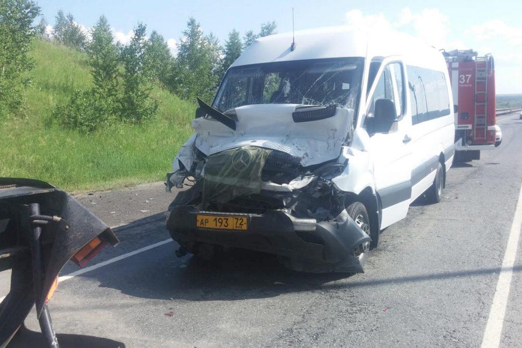 10 пассажиров автобуса получили различные травмы в ДТП на 235-м километре автодороги Тюмень-Ханты-Мансийск в Тобольском районе
