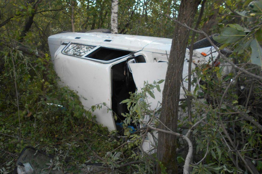 Утром на подъезде к детскому лагерю «Звездный» в 3 километрах от автодороги Тюмень-Омск въехал в дерево автомобиль «Лада» 7-ой модели, после чего легковушка перевернулась.