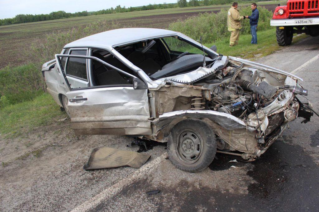 В Омутинском районе на 140 километре автодороги «Тюмень-Ишим-Омск» выезд на полосу встречного движения привел к столкновению автомобилей «Лада» 15-ой модели и «Дэу»