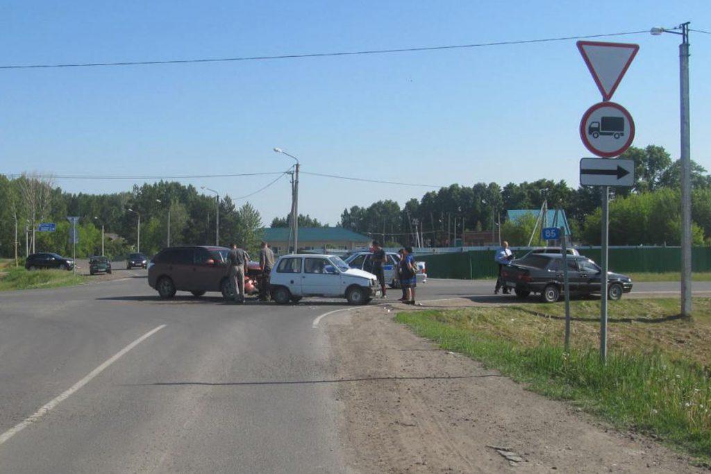 Утром на улице Автомобилистов села Викулово Викуловского района произошла авария с участием трех автомобилей