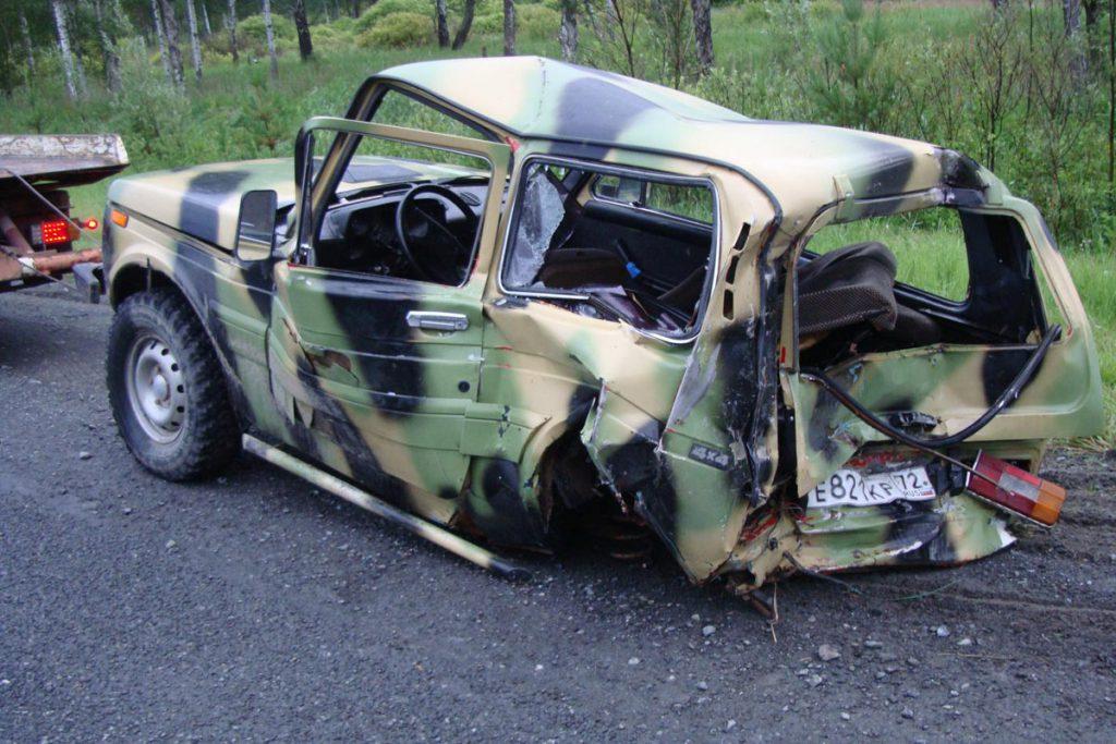 В первом часу ночи на 136 километре автодороги Тюмень-Ханты-Мансийск Ярковского района из-за не соблюдения дистанции столкнулись автомобили «Ивеко» и ВАЗ – 2121