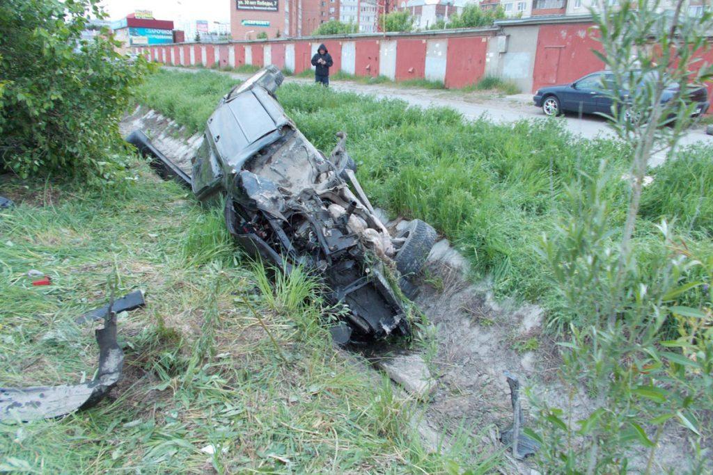 В восьмом часу вечера на улице Закалужской областного центра наехал на бордюр и перевернулся автомобиль «Субару Легаси».