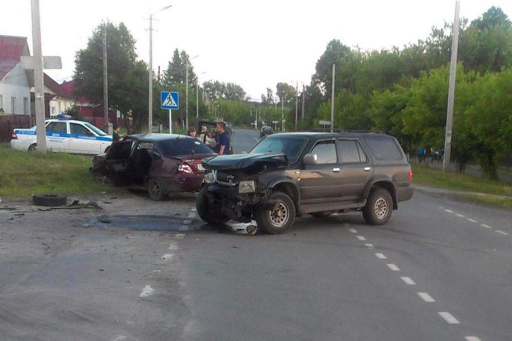 В городе Заводоуковске на нерегулируемом перекрестке столкнулись легковой автомобиль «Дэу» и внедорожник «Грейт Вол»