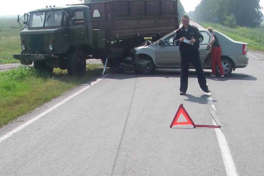 Вчера в половине одиннадцатого утра на 54-м километре автодороги Бердюжье – Голышманово в Бердюжском районе столкнулись самосвал на шасси ГАЗ-66 и «Рено Логан»