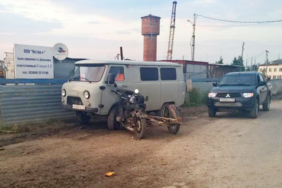 В половине седьмого часа вечера в поселке Демьянка на улице Железнодорожной автомобиль «Лада Приора» столкнулся с мотоциклом «Днепр»