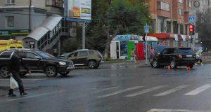 Автомобили «Рено Дастер» и «Ленд Ровер» столкнулись в субботу днем на пересечении улиц Холодильной и Малыгина областного центра