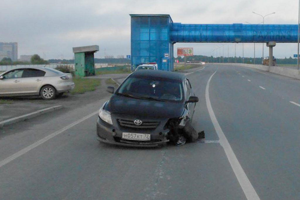 В третьем часу ночи на 6 километре Объездной дороги города Тюмени наехал на препятствие автомобиль «Тойота»