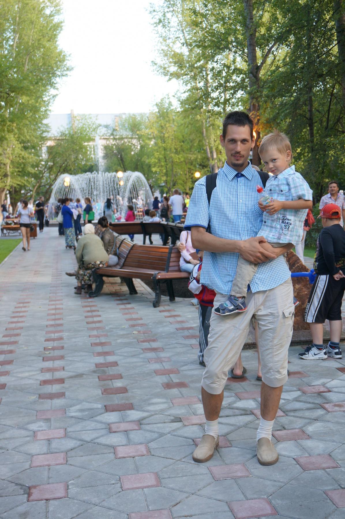 3 Автор проекта Владимир Суворов с сыном на открытии сквера