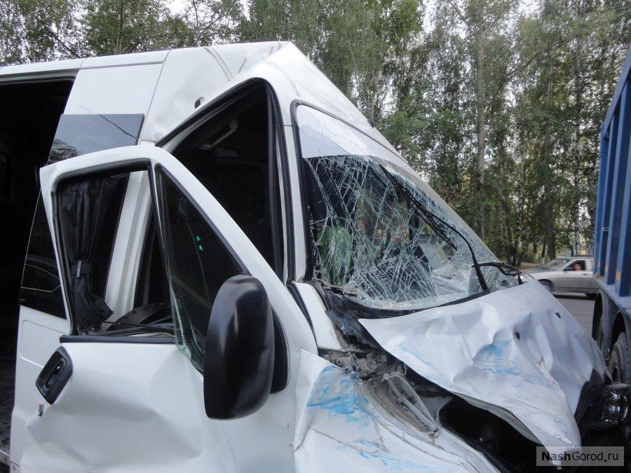 Шесть человек пострадали встолкновении маршрутки и грузового автомобиля вТюмени