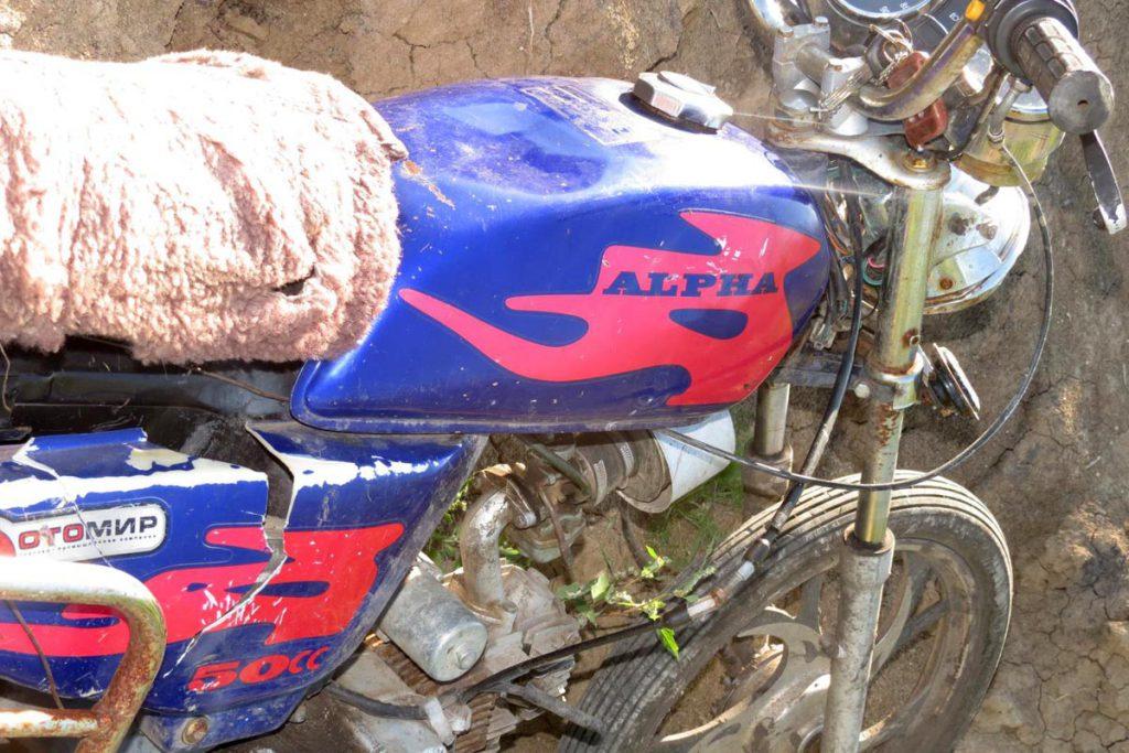 Около пяти часов дня на 5-м километре автодороги Раздолье – Бузаны в Армизонском районе съехал в кювет и опрокинулся мопед «Альфа»