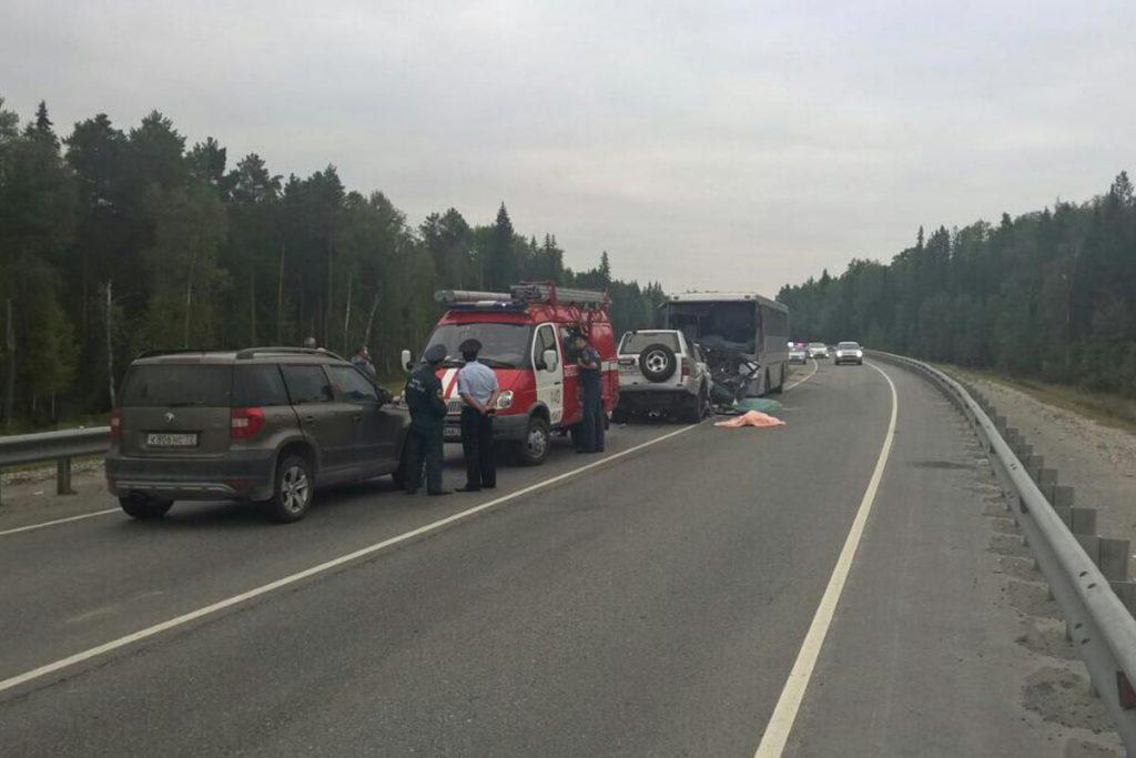 Пассажирский автобус «Нефаз» и «Тойота Ленд Крузер Прадо» столкнулись сегодня в 4 часа утра на 431-м километре федеральной автодороги Тюмень-Ханты-Мансийск в Уватском районе Тюменской области