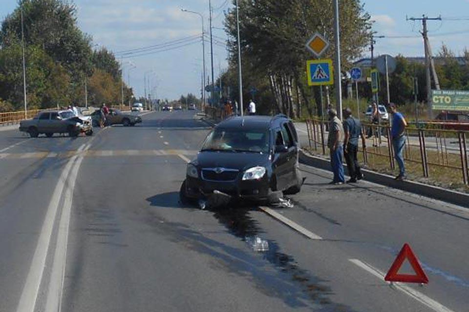 Три автомобиля: «Волга», «Шкода» и «Дэу» столкнулись днем на ул.Дамбовской