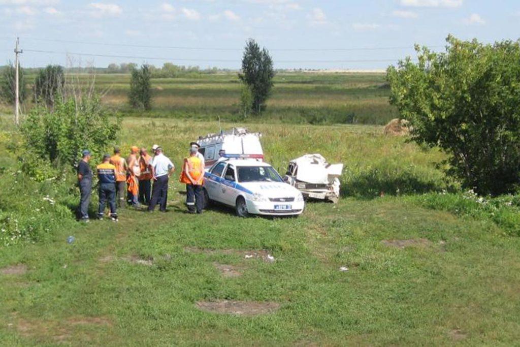 Здесь «Лада» 9-й модели въехала в стоящий в поле автомобиль «Урал»