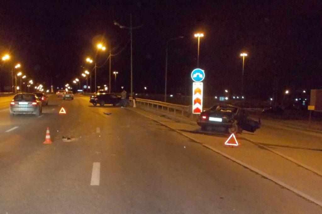В половине десятого часа вечера в субботу на улице Мориса Тореза областного центра столкнулись автомобили «Лада» 99-й модели и «Хонда Цивик»