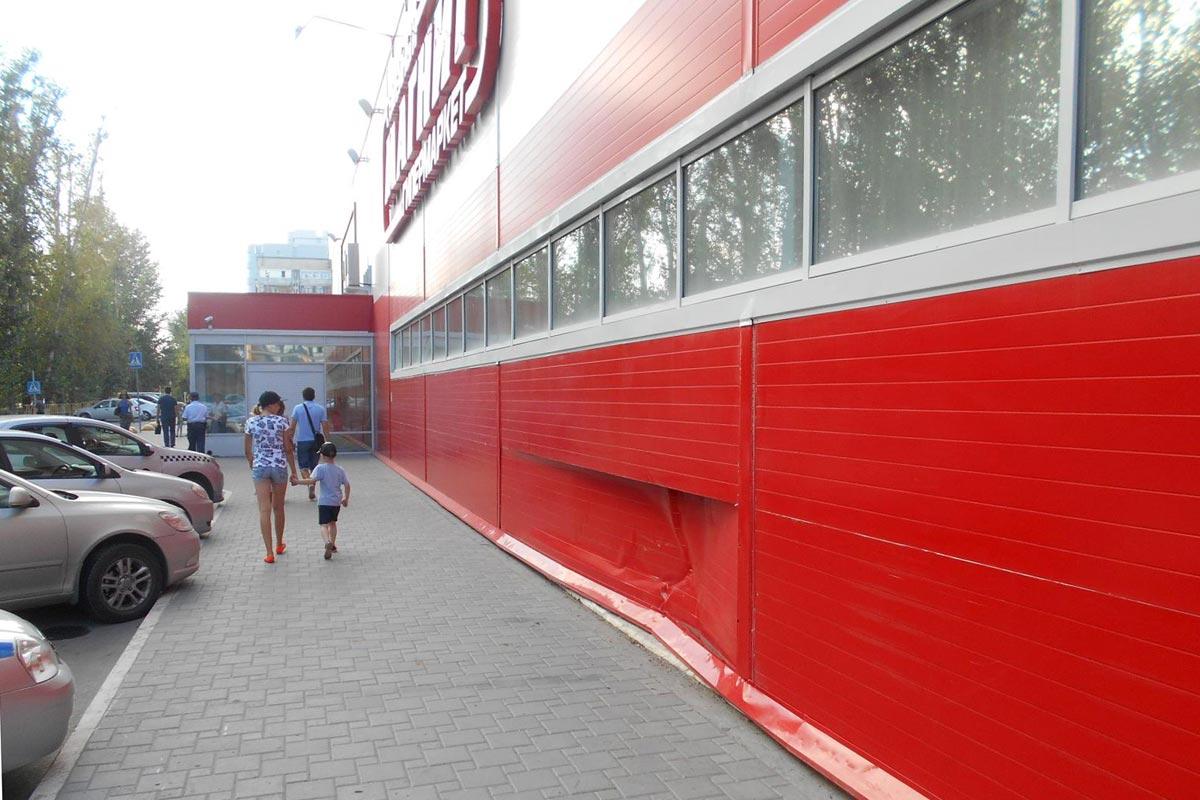 В областном центре в час дня автомобиль Мазда въехал в здание гипермаркета на улице Одесской