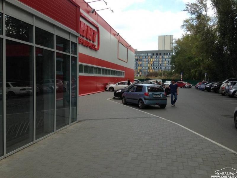 Тюменская автоледи перепутала газ стормозом ивлетела в супермаркет