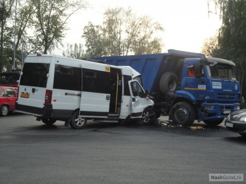 Авария наулице Дружбы вТюмени— столкнулись маршрутка иКАМАЗ